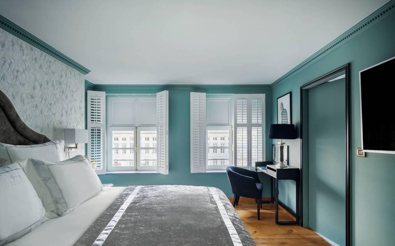 Chambre premium avec lit double et bureau, hotel luxueux bruxelles, Juliana Hotel Brussels.