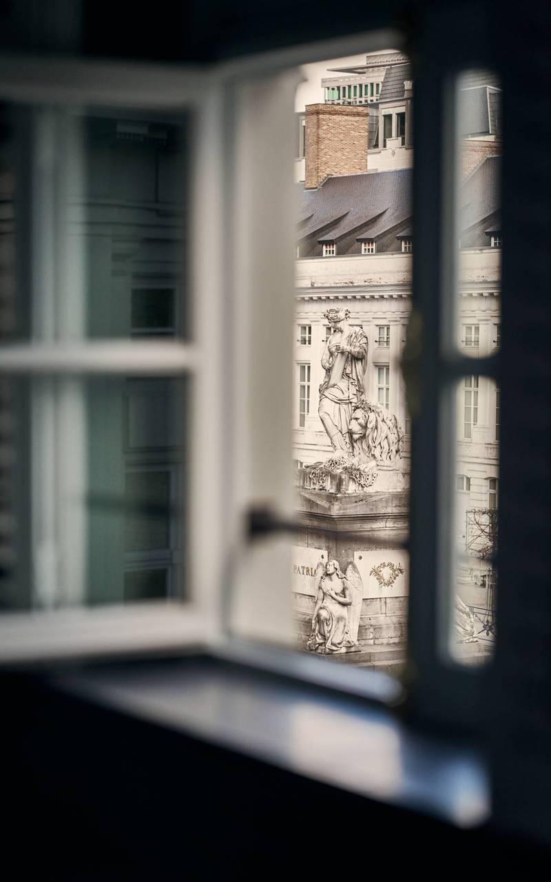 Vue sur l'extérieur depuis la fenêtre de la chambre, hotel luxueux bruxelles, Juliana Hotel Brussels.